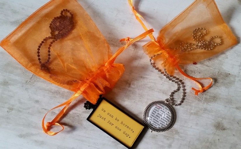 Mind the Book – Bookish necklaces & Vinyl bookends