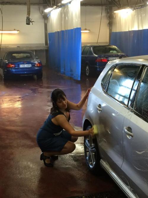 laura tvättar bilen